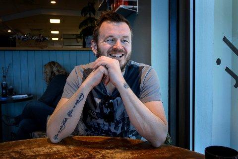 PRATESJUK: Knut Anders Sørum har mye på hjertet, noe som gjør han til den perfekte gjest i OAs podkast-studio!