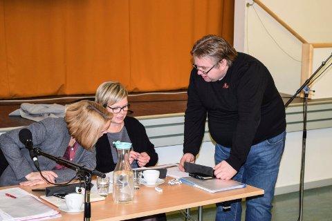 F.v. ordfører Guri Bråthen (Ap), varaordfører Lene Melbye (V) og Kjetil Bakken (Ap) ser sørover med tanke på ny regioninndeling i Norge.