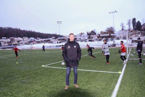 SNART KLAR: Frank Andås håper fotballspillerne i FK Gjøvik-Lyn snart får spille på oppvarmet kunstgress.