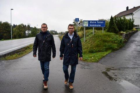 Trond Nygård (t.v.) og Tomm Døsen i aksjonsgruppa i Nordlia har anmodet fylkesmannen om å utrede en kommunegrensejusteringe mellom Østre Toten og Gjøvik i Nordlia.