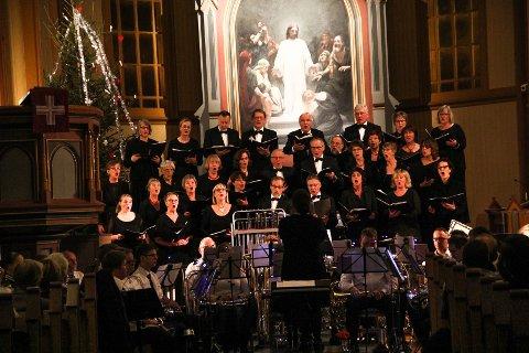 MOT JUL: Midnattskonserten i Gjøvik kirke med Gjøvik bybrass og Frdheim blandede kor, samlet folk til musikalsk samvær lille julaften.