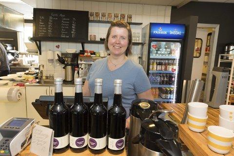 FORTSATT ALKOFRITT: – Vi får en del henvendelser om vin og øl, mest om sommeren, opplyser Lisa Nordin, butikkleder ved Café Deli på CC Gjøvik. foto: Henning gulbrandsen