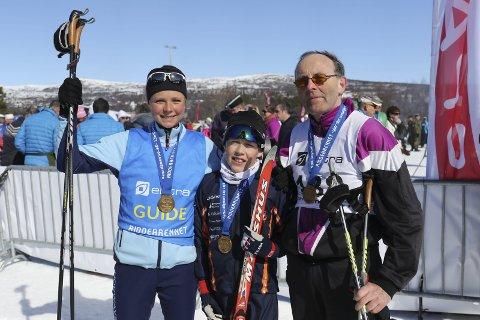 GIR IDRETTEN ET NYTT PERSPEKTIV: Maren Lundby var ledsager for Magnus Strand til høyre. I midten står Gjøvik-gutten Endre Lykken som gikk sitt første Ridderrenn.Foto: Geir Norling