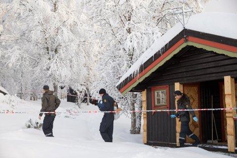 Politiets teknikere arbeider ved hytta der en 13 år gammel jente ble funnet død på Beitostølen nyttårsaften.