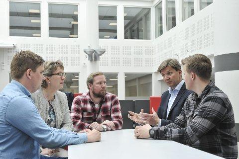 INVITERER SEG INN: Innovasjon Norge-direktør Christian Hedløv Engh legger gjerne til rette for at gode studentidéer blir til bærekraftige forretningskonsepter. Her i samtale med Sondre Fløystad, Gro Kvanli Dæhlin, Ole Jacob Oosterhof og Endre Strømsjordet Myhre. FOTO: PER HOVLAND