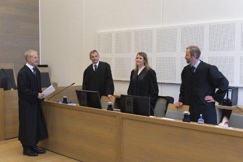 FORSVARERE: Advokatene Tore Müller Famestad (t.v.), Petter Mandt, Ida Helene Braastad Balke og Klaus Arne Munkeby i retten denne uka. Foto: Asbjørn Risbakken