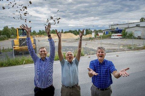 HUNTONJUBEL: Rådmann Magnus Mathisen, ordfører Bjørn Iddberg og kommunalsjef Per A. Rognerud er glad for at Hunton «kjøpte Gjøvikpakka». Nå kan Huntonstranda utvikles til boligformål. FOTO: BryNjar EIDSTUEN