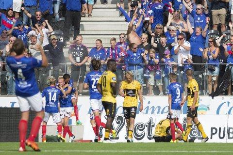 Vålerenga jubler etter Henrik Johansens 2–4 mål under eliteseriekampen mellom Start-Vålerenga på Sparebanken Sør Arena.