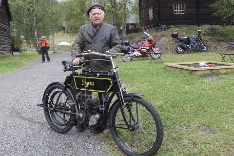 NORGES ELDSTE MOTORSYKKEL SOM VIRKER: Rolf Vold fra Raufoss kjørte de obligatoriske 100 meter for å bevise at sykkelen hans virker.Foto Geir Norling