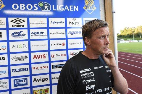 TANKEFULL: Espen Haug vet at Raufoss må vinne seks-sju av de siste ti kampene for å berge plassen, men har ikke gitt opp håpet om å klare det. Foto: Marius Mykleset
