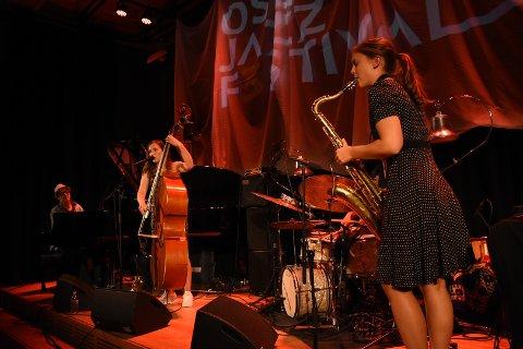 Ellen Andrea Wang på bass og vokal med Hanna Paulsberg på saxofon.