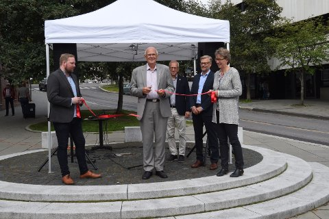 Ordfører Bjørn Iddberg klippet den røde snora som ble holdt av Ole-Jacob Oosterhof og Gro Kvali Dæhlen fra NTNU Gjøvik.