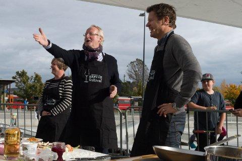 ERFAREN: Eyvind Hellstrøm har bedømt kokkekunster på Gjøvik også tidligere, her er det Trygve Rønningen som kniper seieren foran Fru Marianne Steinsrud.