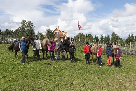PÅ LEIR: Her er noen av dem som deltok på Isicamp denne uka. Hestestell, undervisning og ridetur med overnatting, kos og hygge var blant annet det som sto på programmet. foto: Asbjørn Risbakken