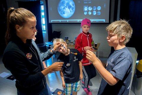 Deltakerne har laget solsystemkjeder ved hjelp av trekuler og maling. Fra venstre: Lærer Sigrid Skaug, Elias Strand Olsen, Maria Heggheim Berge og Andreas Heggheim Berge.