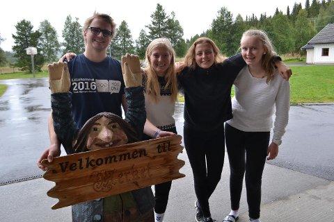 Det vanker stor enighet om at konfirmantleir på Merket er et flott opplegg. Fra venstre: Leder Trond Pladsen, deltaker Berit Nordhagen Øverstad, leder Maria Antonsen og deltaker Ingvild Snuggerud.