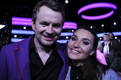 Go' klemmen: Snart skal de på juleturne sammen, men lørdag kveld var Nora Jabri på Fornebu for å heie fram Knut Anders Sørum, som hun mener har alt som skal til for å nå helt til topps i «Stjernekamp».