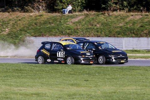 AVGJØRELSEN: Remi Brenden Ødegård (115) og Tron Lindalen smetter forbi Thomas Hårajuvet, og de to teamkompisene blir nummer én og to sammenlagt.