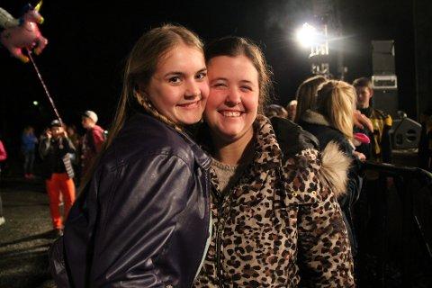 Kjempefornøyd: Alette Kvernevik (14) var kjempefornøyd med konserten, og fikk holdt i hendene til både Sander og Alex. Her står hun sammen med Lene Jeanette Taralrud (24)