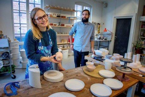 LAGER SELV: Kathrine Lønstad og Cosmin Cioroiu produserer også egne ferdige keramikk- og stengods-produkter i lokalene på Kapp.