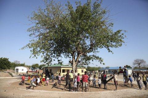 Leker fritt: Barnebyen n i Ngabu er den første i verden som ikke er inngjerdet.