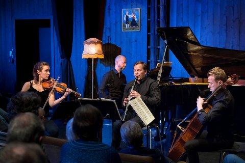 FENGSLENDE: Guro Kleven Hagen framførte Olivier Messiaens sterke «Kvartett for tidenes ende» sammen med Sveinung Bjelland, Fredrik Fors og Ernst Simon Glaser på Resonans-scena onsdag kveld.