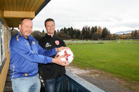 BLIR SAMBOERE: Trond Åge Viken i Lena IF og Jo Solberg i FK Toten ser fram til å samarbeide om ny helårs kunstgressbane på Lena stadion.