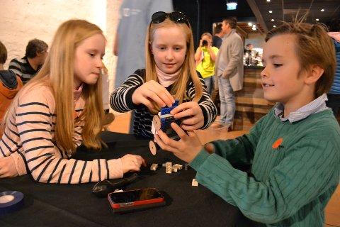 I FULL SVING: Klassekameratene Marie, Marielle og Matheus (9 år), er i full gang med å bygge en legobil som skal være med i ballongbilracet under Barnas Ingeniørdag.
