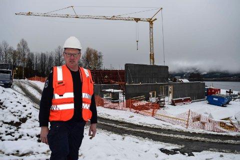 Konstituert brannsjef i Søndre land, Hans Martin Søfferud, foran det nye beredskapssenteret som bygges sør for Hov.