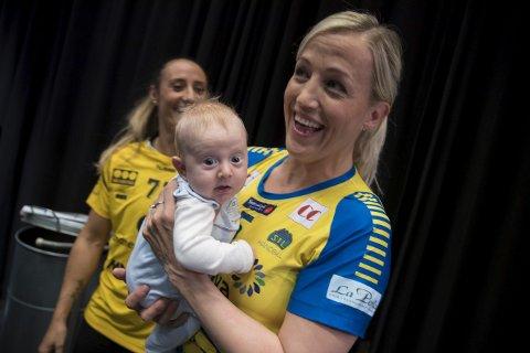 Trekkplaster: Heidi Løke, her med sønnen Oskar på armen, trekker både publikum og oppmerksomhet til klubben.