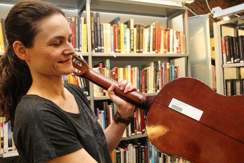 STRENGER TIL LÅNS: Biblioteksjef ved Fyverkeriet bibliotek på Raufoss, Mona Myrland, får mange gode tilbakemeldinger etter at de begynte å låne ut gitarer og ukuleler.