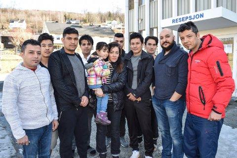 - Vi ønsker ikke å flytte fra mottaket i Hov, og håper UDI gjør om sin beslutning om å legge det ned, sier denne gruppen beboere ved Søndre Land statlige mottak.
