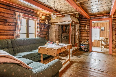 Sjarmerende: En hytte i Torpa til under 200.000 har denen tømmerkassa i sin midte. Men det må påregnes en del dugnadsarbeid fra hele slekta om du kjøper hytta.