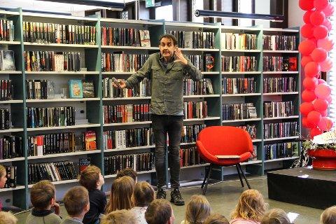 BARNEVANT: Den kjente barnebokforfatteren og illustratøren Svein Nyhus hadde små problemer med å bli kompis med den unge forsamlingen.