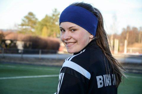 Nora Tømte har staket ut kursen og vil bli toppidrettsutøver i fotball.