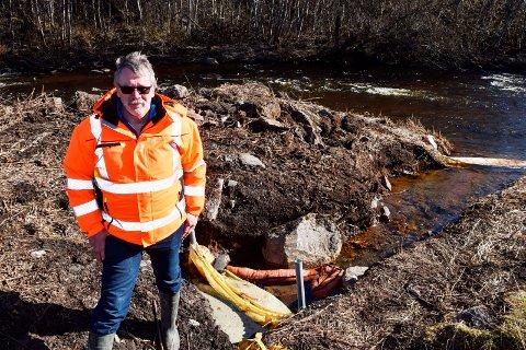 Her renner overflatevannet fra Krabyskogen Industripark ut i Lenaelva. - Vi har lagt ut lenser for å fange opp det meste av dieselen som rennet ut, forteller Arild Udseth, avdelingsingeniør i vann- og avløpsenheten i Østre Toten kommune.