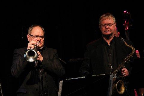 JAZZBRØDERE: Erik Thormod Halvorsen (t.v.) og Rune Nikolaisen i spissen for kvintetten som gjestet jazzklubben i Gjøvik torsdag kveld.