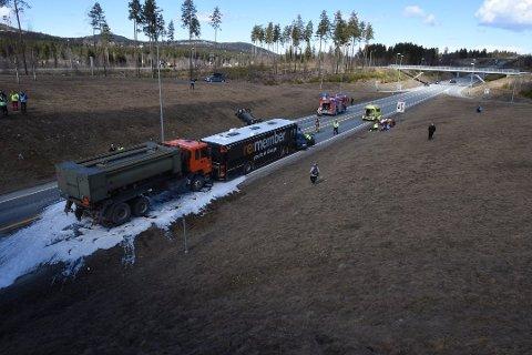 I ettermiddag vil det skje en varslet ulykke på Riksveg 4, ved krysset mot Reinsvoll og Fylkesveg 246, som en øvelse i forbindelse med kursing av fagledere i nødetatene. Her fra en av fjorårets øvelser samme sted.