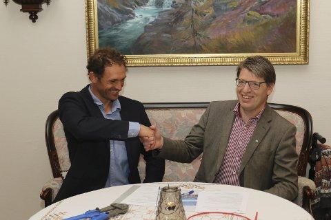 SIGNERTE AVTALE: Thomas Wærner i EveryCare og ordfører Ola Tore Dokken i signerte avtalen som vil gjøre Nordre Land kommune til en foregangskommune for velferdsteknologi.Foto: Geir Norling.