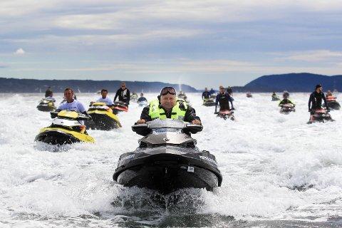 IKKE FORBUD: Det er lov å kjøre vannscooter på Mjøsa, men det kan komme restriksjoner på hvor. (Arkivbilde)