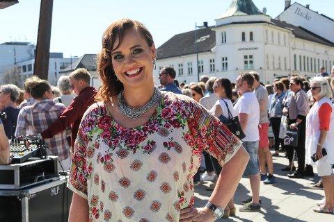 BLE NY: Bente Kaastad var den som ble trukket ut til å få en full make over på Gjøvik Handel- og Næringsforenings regning under lørdagens moteshow i Gjøvik sentrum.