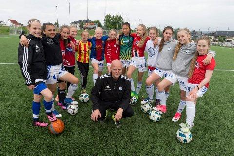 Trener Tom Steffen Veseth med 2002-laget til FK Gjøvik-Lyn som velger å kutte ut Talent Cup på Hamar.