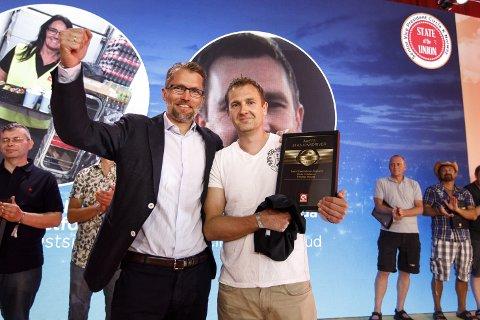 Thomas Støkken overrakte Thomas Hovda fra Gjøvik prisen som årets stasjonsdriver i Cirkle K.