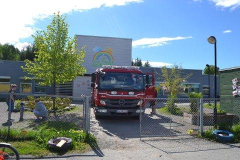 Barna syntes det var staselig å få titte på innsida av den store brannbilen.