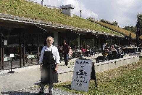 STOLT: Per Hvitlock er stolt over at Munkekroen er kåret til landets neste beste restaurant langs veien i Norge.Foto: Geir Norling.