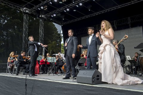 PÅ SCENA: Med Sinfonietta Innlandet og tre solister sørget dirigent Vegard Bjerkevold Nilsen for å gi publikum en god smakebit av Rossinis muntre opera under Byfesten i 2017 .