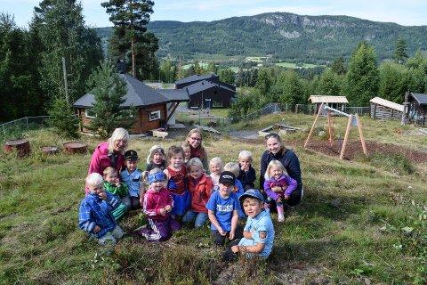 """18 barn har fått plass i den nye uteavdelingen, """"Heksegryta"""", ved Svingen barnehage i Fluberg. - Avdelingen er blitt så bra at den er til å være stolt av, og en berikelse for barnehagetilbudet i Søndre Land, mener styrer Berit Amlien Sterud."""