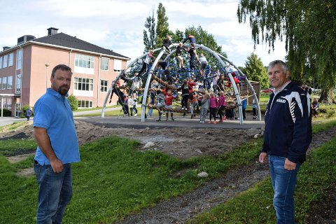 """- Det er veldig artig å se hvordan ungene trekkes til de nye klatre- og lekeapparatene, sier Jon-Olav Johansen (t.v.) i Fryals Venner og rektor Håvard Eriksen. Rosinen i pølsa er det store klatrestativer """"Explorer dome""""."""