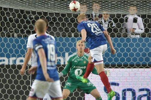 Her header Henrik Kjelsrud Johansen ballen i mål for Vålerenga. Foto: Ole Martin Wold / NTB scanpix.