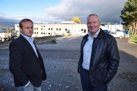 """""""På sikt vil vi ha behov for 30.000-50.000 kvadratmeter lokaler. Om vi får til det i Hov, eller må dele oss på flere steder, er for tidlig å si. Vårt mål er å være i Hov og utvikle oss her"""", uttalte logistikkdirektør Tor Erik Sollund (t.h.) i Skeidar Living Group høsten 2015. T.v. supply chain manager og lokal leder, Nils Eric Westhagen."""